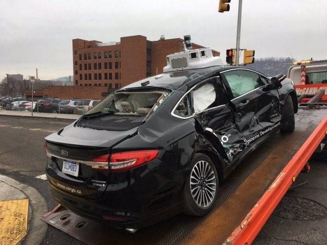 Два человека попали в больницу после ДТП с беспилотным Ford Fusion