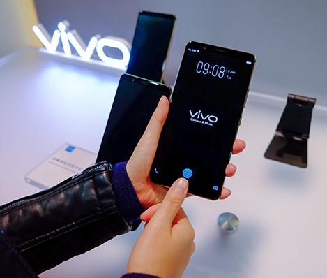 Это первый смартфон сосканером отпечатков под стеклом