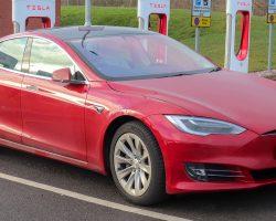 Еще один электромобиль Tesla Model S загорелся на парковке