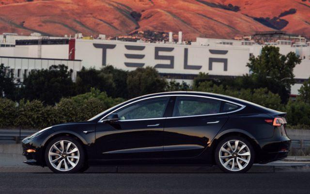 Илон Маск обнародовал фото первой серийной Tesla Model 3
