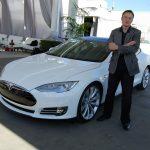 Tesla останется публичной компанией