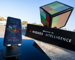 К началу продаж смартфонов Mate 20 и Mate 20 Pro Huawei построила гигантскую инсталляцию кубика Рубика
