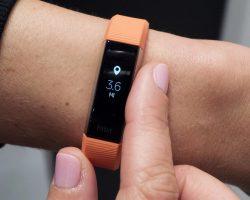 Фитнес-трекер Fitbit помог женщине спасти жизнь