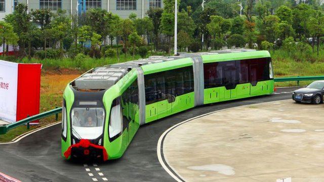 ВКитайской республике тестируется 1-ый беспилотный автобус-трамвай, который ездит по«виртуальным рельсам»