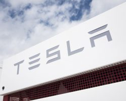 Tesla опровергает претензии одного из сотрудников о расовой дискриминации